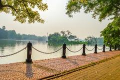 Piękny zieleń park & błękita nieba jasny krajobraz Linia płotowej i czerwonej cegły ścieżka na lata ` s dniu Zdjęcie Stock