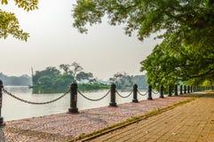 Piękny zieleń park & błękita nieba jasny krajobraz Linia płotowej i czerwonej cegły ścieżka na lata ` s dniu Obraz Stock