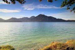 Piękny zielony jezioro przy jesienią zdjęcia royalty free