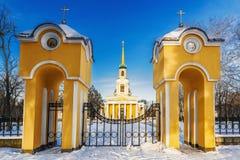 Piękny zima krajobraz Peter i Paul katedra w złotych promieniach powstający słońce Obraz Stock