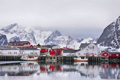Piękny zima krajobraz schronienie z łodzią rybacką i tradycyjnym Norweskim rorbus Fotografia Stock