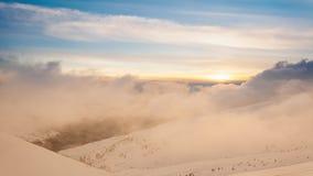 Piękny zima krajobraz z śniegi zakrywającymi drzewami caucasus Georgia gudauri gór zima zbiory