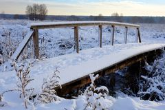 Piękny zimy landscape Mały drewniany zwyczajny most pod śniegiem Zdjęcia Stock