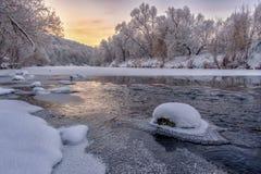 Piękny zimy landscape rzeka z śnieżystymi bankami w ranku przy świtem fotografia stock
