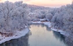 Piękny zimy landscape rzeka z śnieżystymi bankami w ranku przy świtem zdjęcia stock
