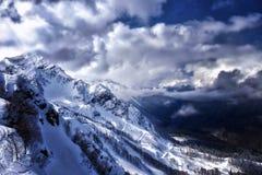 Piękny zimy landscape szczytu zakrywający halny śnieg narciarscy ślada Wieczór czas Zdjęcia Royalty Free