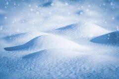 Piękny zimy tło śniegów dryfy i spada śnieg zdjęcie royalty free