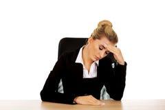 Piękny zmartwiony bizneswoman za biurkiem zdjęcie stock