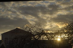 Piękny zmierzch i miasto, grodzkie pomarańczowe chmury, zdjęcia royalty free