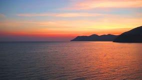 Piękny zmierzch i skalisty wybrzeże, Cinque Terre park narodowy, Liguria, Włochy, Europa zdjęcie wideo