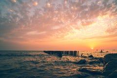 Piękny zmierzch na Czarnym morzu Złocisty denny zmierzch Poti, Gruzja Zdjęcie Stock