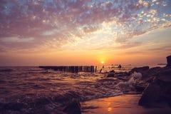 Piękny zmierzch na Czarnym morzu Złocisty denny zmierzch Poti, Gruzja Fotografia Royalty Free