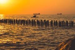 Piękny zmierzch na Czarnym morzu Złocisty denny zmierzch Poti, Gruzja Zdjęcia Stock