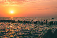 Piękny zmierzch na Czarnym morzu Złocisty denny zmierzch Poti, Gruzja Obrazy Royalty Free