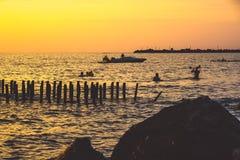 Piękny zmierzch na Czarnym morzu Złocisty denny zmierzch Poti, Gruzja Obrazy Stock