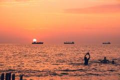 Piękny zmierzch na Czarnym morzu Złocisty denny zmierzch Poti, Gruzja Obraz Stock