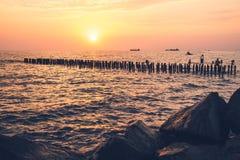 Piękny zmierzch na Czarnym morzu Złocisty denny zmierzch Poti, Gruzja Zdjęcia Royalty Free