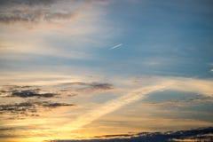 Piękny zmierzch na jesień dniu i latającym samolocie zdjęcia royalty free