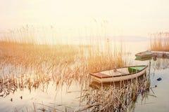 Piękny zmierzch na jeziornym Balaton z opustoszałym rowboat Obrazy Royalty Free