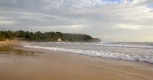 Piękny zmierzch na Karon plaży Kipiel wali brzeg phuket Thailand zdjęcie royalty free