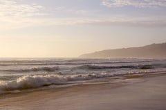 Piękny zmierzch na Karon plaży Kipiel wali brzeg phuket Thailand obrazy royalty free