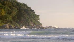 Piękny zmierzch na Karon plaży Kipiel wali brzeg phuket Thailand zdjęcia royalty free