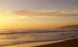 Piękny zmierzch na Karon plaży Kipiel wali brzeg phuket Thailand zdjęcia stock