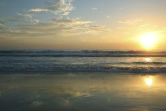 Piękny zmierzch na Karon plaży Kipiel wali brzeg phuket Thailand fotografia stock