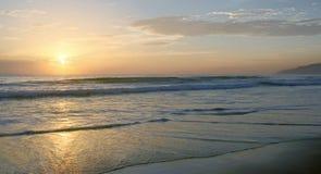 Piękny zmierzch na Karon plaży Kipiel wali brzeg phuket Thailand obrazy stock