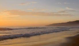 Piękny zmierzch na Karon plaży Kipiel wali brzeg phuket Thailand zdjęcie stock