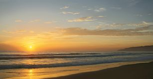 Piękny zmierzch na Karon plaży Kipiel wali brzeg phuket Thailand obraz royalty free