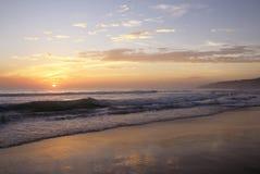 Piękny zmierzch na Karon plaży Kipiel wali brzeg phuket Thailand fotografia royalty free