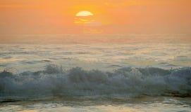 Piękny zmierzch na Karon plaży Kipiel wali brzeg phuket Thailand obraz stock