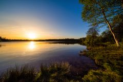 Piękny zmierzch na naturalnym jeziorze zdjęcia royalty free