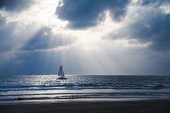 Piękny zmierzch na oceanie z żaglem Zdjęcia Stock