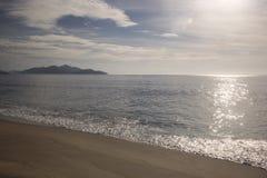 Piękny zmierzch na plaży Caraguatatuba, północny wybrzeże t Fotografia Royalty Free