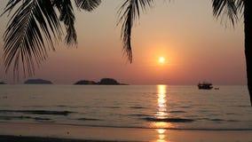 Piękny zmierzch na tropikalnym wybrzeżu zdjęcie wideo