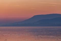 Piękny zmierzch na zamarzniętym jeziornym Balaton Węgry Zdjęcia Royalty Free