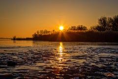 Piękny zmierzch na zamarzniętym jeziornym Balaton w Węgry Zdjęcia Stock