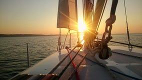 Piękny zmierzch nad morzem, widok od żaglówki, luksusowy hobby, jachtingu wakacje zdjęcie stock
