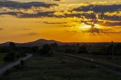 Piękny zmierzch nad pustymi kolejowymi śladami obraz stock