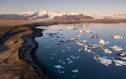 Piękny zmierzch nad sławną diament plażą Iceland ten piasek lawy plaża obraz stock