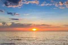 Piękny zmierzch nad seacoast linią horyzontu Zdjęcie Royalty Free