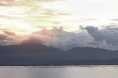 Piękny zmierzch nad spokojnym jeziorem z chmurnego nieba i pomarańcze sunli Zdjęcia Stock