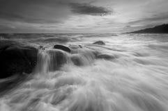 Piękny zmierzch przy kamienną plażą w czarny i biały Zdjęcie Stock