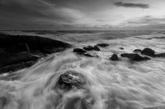 Piękny zmierzch przy kamienną plażą w czarny i biały Obraz Royalty Free