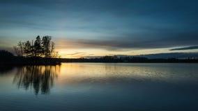 Piękny zmierzch przy małym jeziorem w Katrineholm Szwecja Scandinavia zbiory