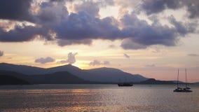 Piękny zmierzch przy morzem, góry w tle, kolorowy chmurny niebo łodzi Boracay wyspy ocean Philippines Tajlandia Koh Samui wolny zbiory wideo