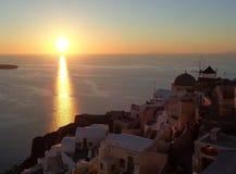 Piękny zmierzch przy Oia wioską na Santorini wyspie Grecja Zdjęcia Stock