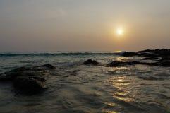 Piękny zmierzch przy rockową plażą w Patong, Phuket wyspa, Tajlandia Zdjęcia Stock